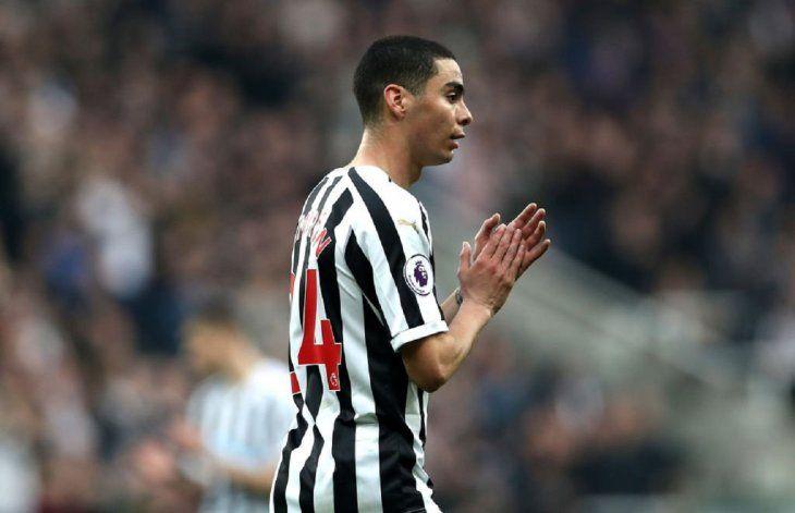 Miguel Almirón sale ovacionado por el público del Newcastle.