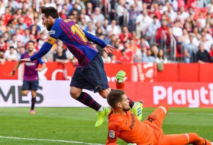 Messi anota tres goles ante Sevilla.