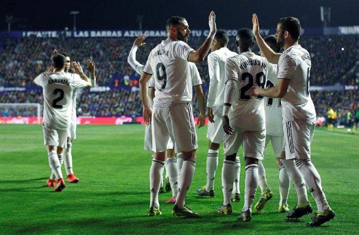 Jugadores del Real Madrid celebran la anotación de un gol.
