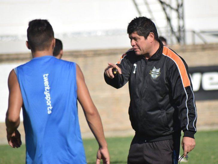 El director técnico de General Díaz reacciona durante un entrenamiento.