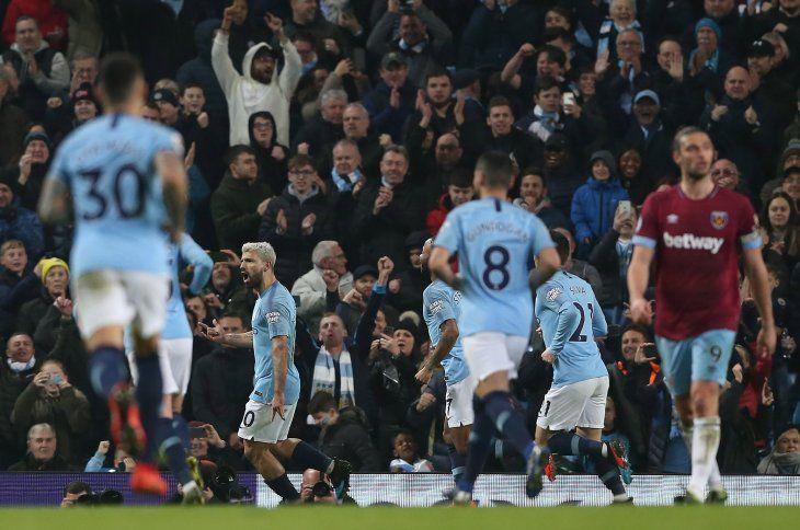 Sergio el Kun Agüero celebra su gol de penal que le dio la victoria al City sobre el West Ham.