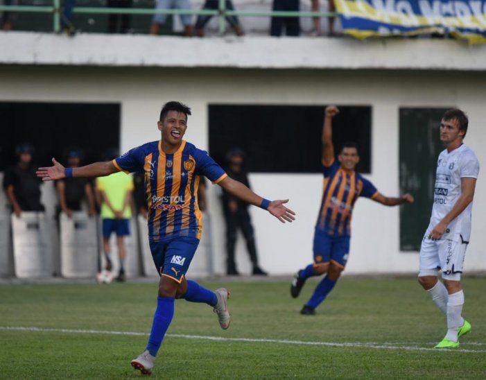 Luis Ibarra celebra un gol con la camiseta de Luqueño.