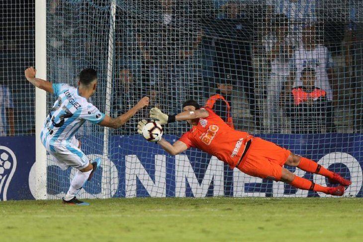 Cassio delCorinthiansle ataja un penal a Nery Dominguez.
