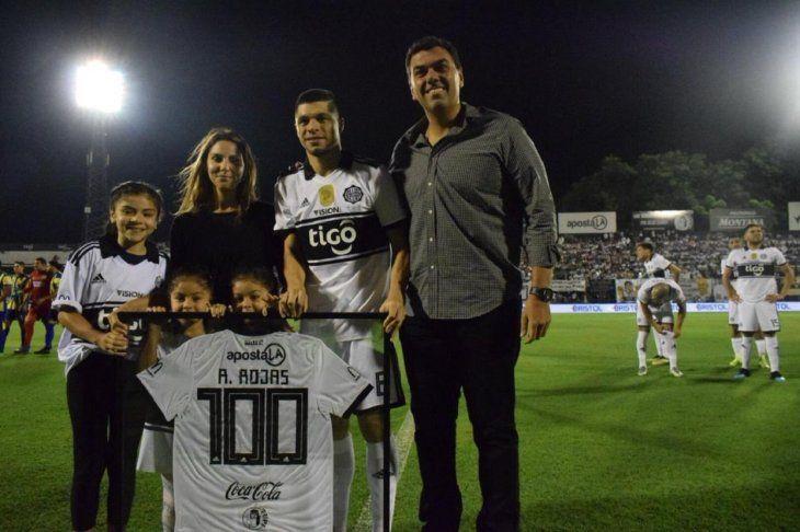 Rodrigo Rojas homenajeado por sus 100 partidos con la camiseta de Olimpia.