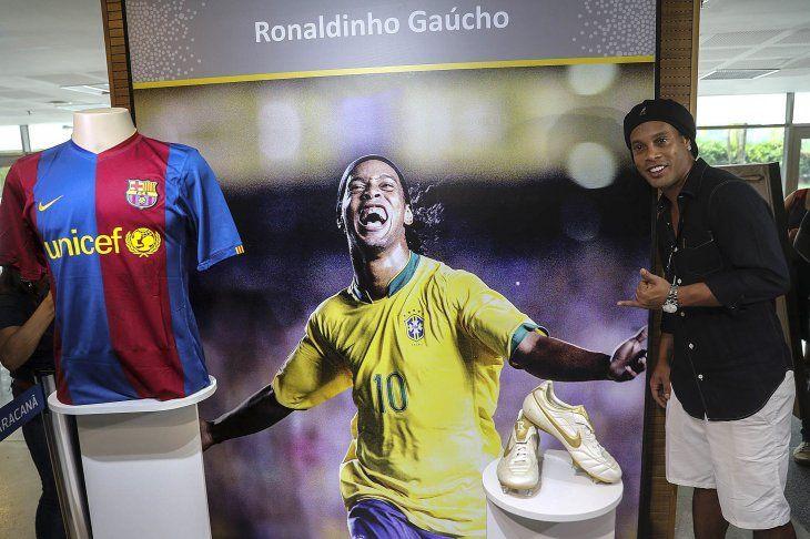 Ronaldinho recibe un merecido homenaje.