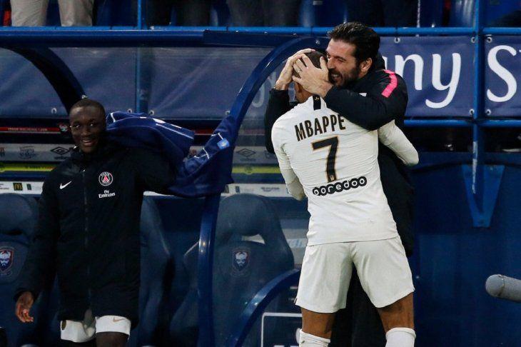 El italianoGianluigi Buffon abraza a la joven estrella del PSG