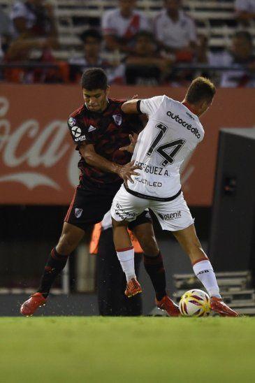 LESIONADO. Robert Rojas no pudo completar el partido contra Newells por una lesión en el tobillo izquierdo.