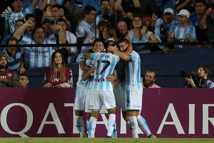 Jugadores deRacing celebran su gol.