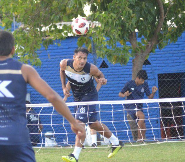 Federico Acuña durante un entrenamiento de los Dragones Azules.