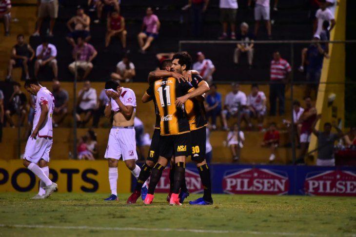 Epifanio García celebra su gol abrazado a Rodolfo Gamarra y José Ortigoza.