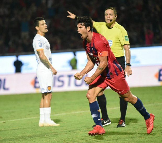 Nelson Haedo celebra el gol ante Luqueño.