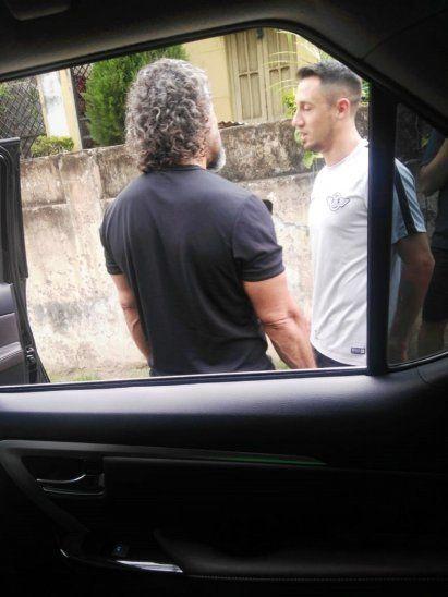 Leonel Álvarez charlando con Iván Piris en las afueras del doctor Nicolás Leoz.