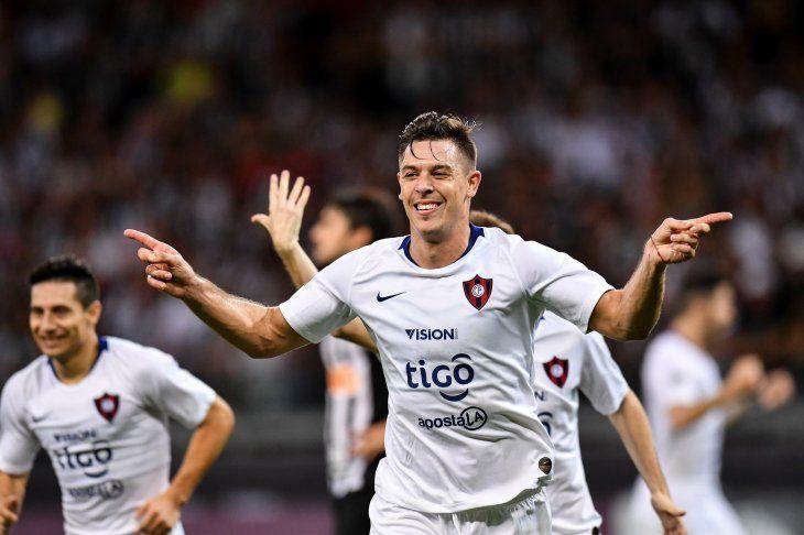Diego Churín festeja su gol ante Mineiro.