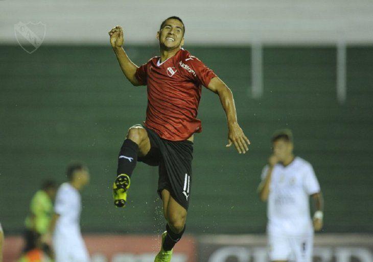 ALEGRE. Cecilio Domínguez celebrando su gol ante Atlas en la Copa Argentina.