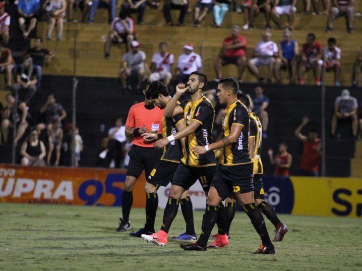 Jugadores de Guaraní celebran el gol marcado por el equipo.