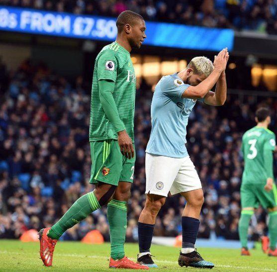 Sergio Agüero reacciona durante un partido contraWatford.