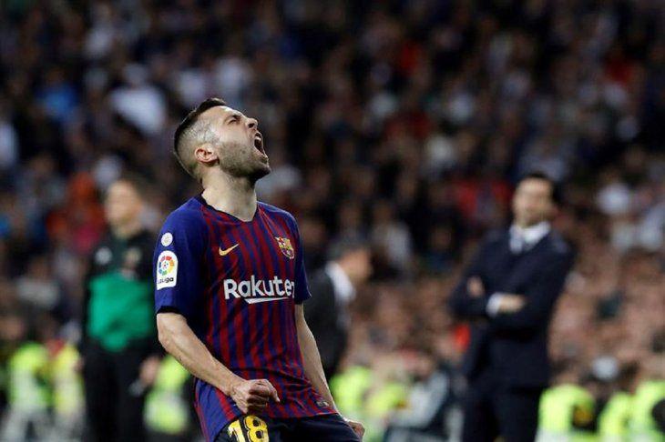 Jordi Alba gesticula durante un clásico contra el Real Madrid.