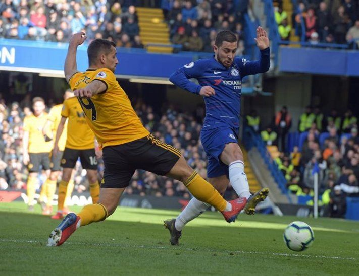 Hazard intenta superar la marca de un defensor rival.
