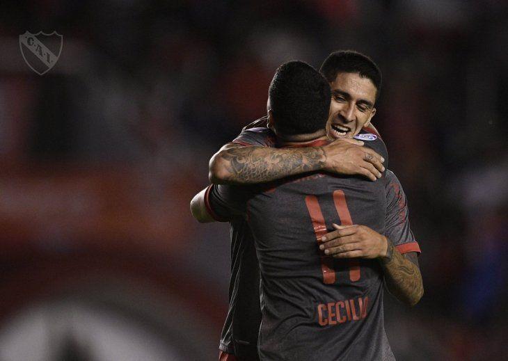 Cecilio se abraza con un compañero tras la anotación del equipo.
