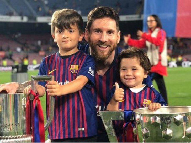 Pulgar arriba. Lionel Messi posa junto a sus hijos.