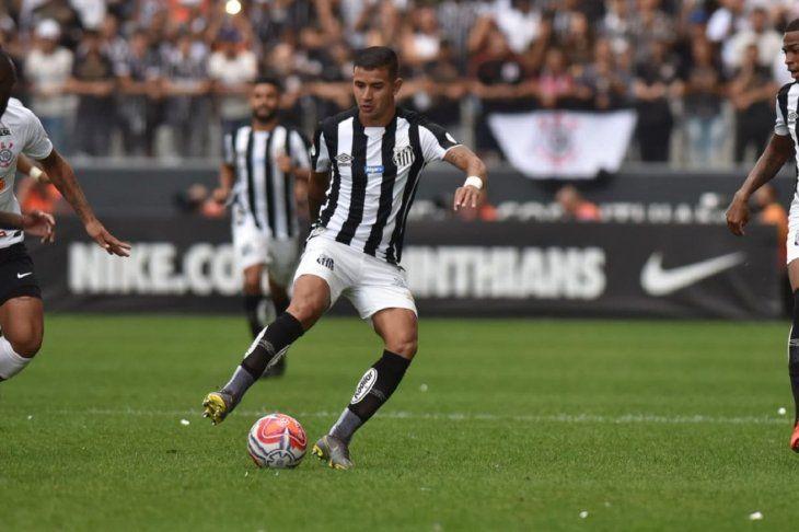 Derlis González durante el partido del Santos.