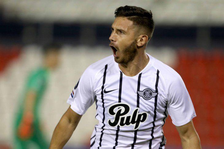 Piezas claves. Adrián Martínez (izq.) se alista para el inicio. Es el actual goleador de la Copa con 6 tantos.