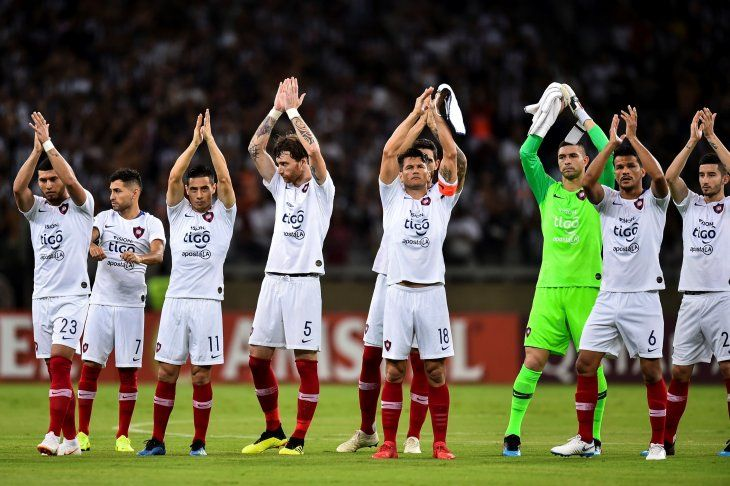 Futbolistas azulgranas saludando en la previa del partido ante Mineiro