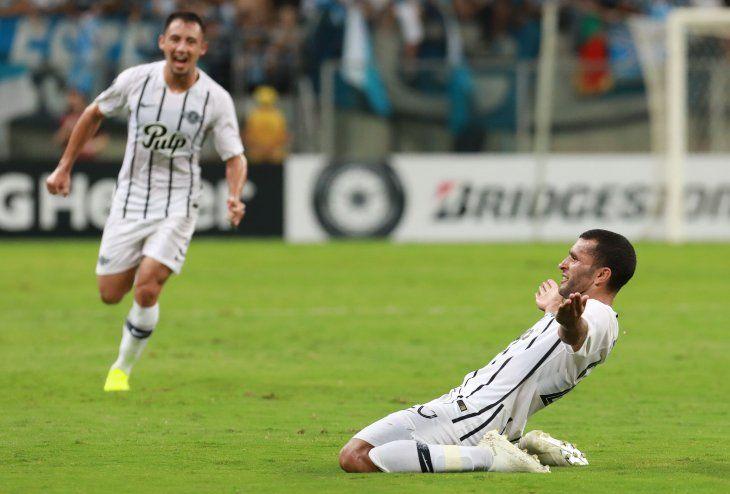 Antonio Bareiro celebra un gol marcado ante Gremio.