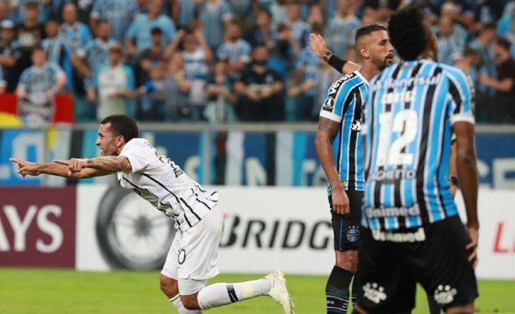 Antonio Bareiro (i) deLibertadcelebra luego de anotar un gol ante Gremio.