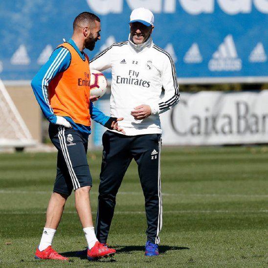 Zidane conversa con su compatriota Karim Benzema.