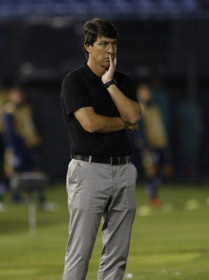 Daniel Garnero mira el desempeño de los jugadores de Olimpia.