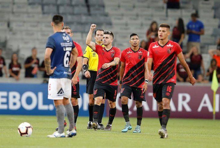 Jugadores del Paranaense celebran la anotación de un gol.