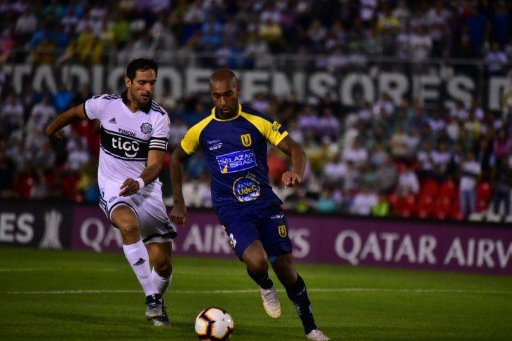 Roque Santa Cruz disputa el balón con Alexis Rolín.