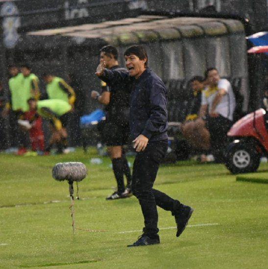 Daniel Garnero acciona durante el encuentro ante Guaraní.