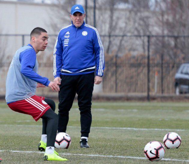 OBSERVANDO. Eduardo Berizzo dirige el entrenamiento albirrojo con Miguel Almirón en plena acción.
