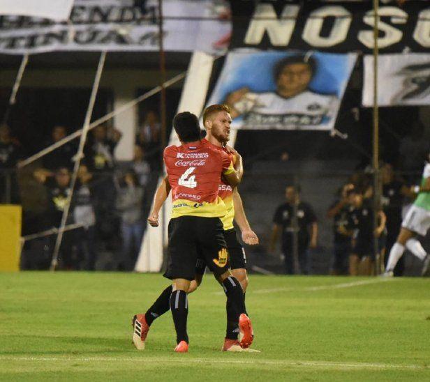 Isidro Pitta celebrando su primer gol en Primera con la camiseta de Santaní.