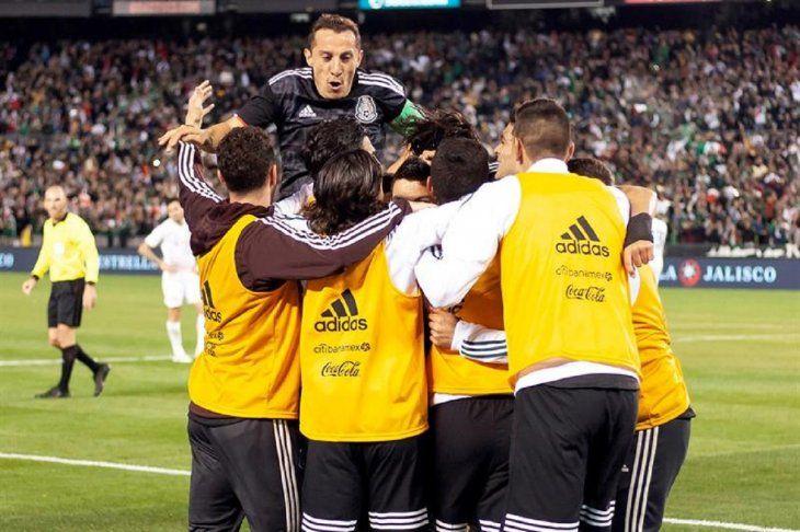 Jugadores de México celebran el gol marcado ante Chile.