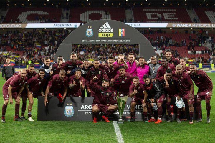 Los jugadores deVenezuelaposan con el trofeo tras ganar a Argentina.