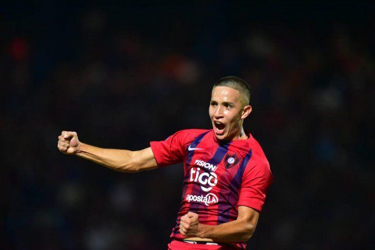 Alan Rodríguez celebra el gol con la camiseta de Cerro Porteño.