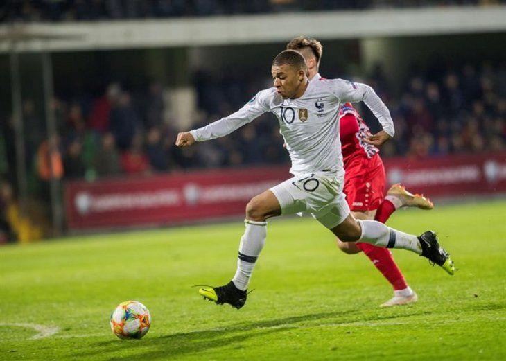KylianMbappé jugando con la camiseta de Francia.