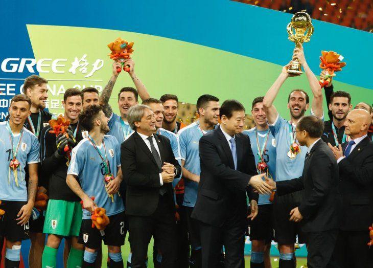 Diego Godín levanta el trofeo tras ganar la China Cup.