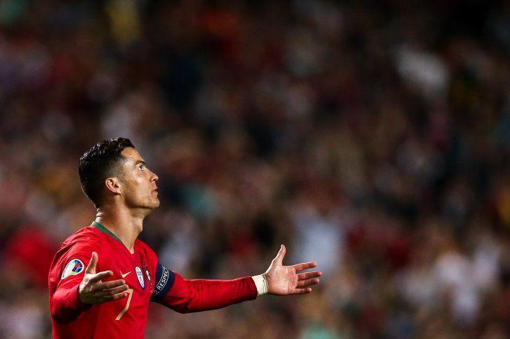 Cristiano Ronaldo se retiró lesionado en Portugal.
