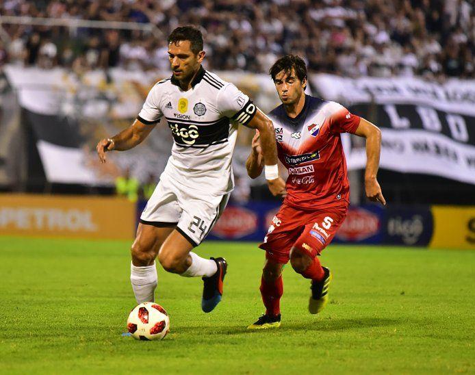 Roque Santa Cruz controla el balón ante la marca de Marcos Duré.