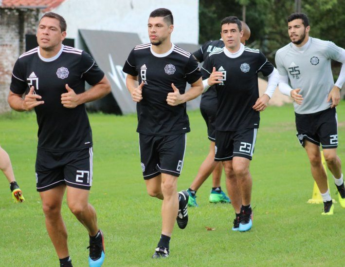 José Leguizamón (izquierda) ya entrena a la par de sus compañeros.