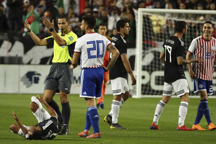 Miguel Almirón vio la roja ante México.