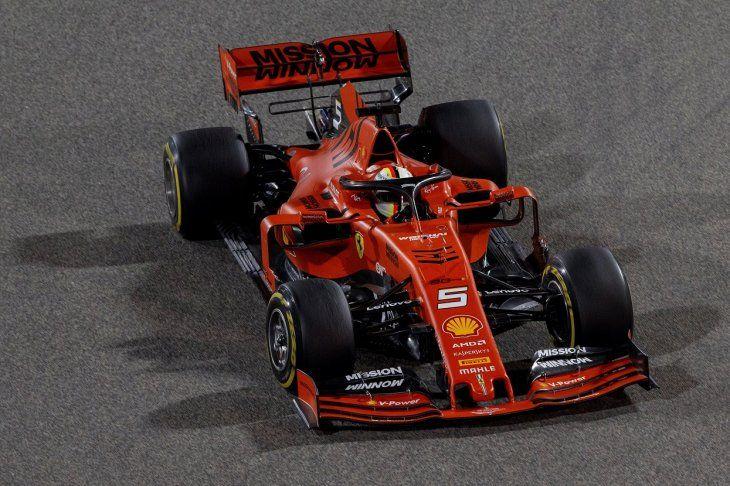 Vettel voló en las pistas de Bahréin.