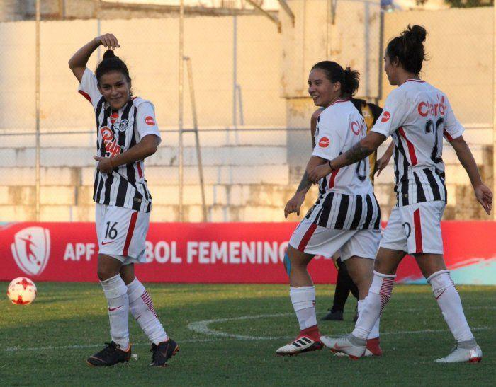 Festejan. Las chicas de Libertad celebran uno de los goles.