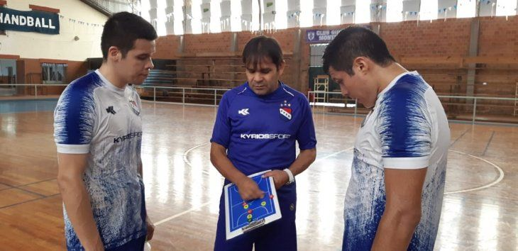 Andrés Bogado dando indicaciones a dos de sus dirigidos.