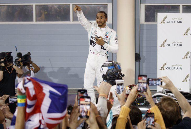 Hamilton lideró en una noche dramática para Ferrari.