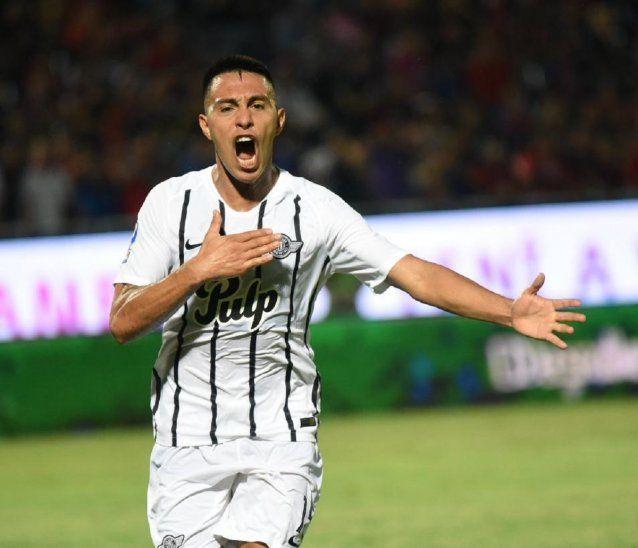 Ángel Cardozo Lucena celebra el gol en la Nueva Olla.